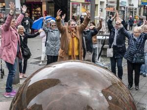 Senioren Flashmob am Kugelbrunnen. ©Thomas Schmidt, Stadt Herne