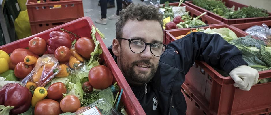 Anpacken bei der Herner Tafel: Kisten mit Gemüse und Obst stemmen. © Thomas Schmidt, Stadt Herne