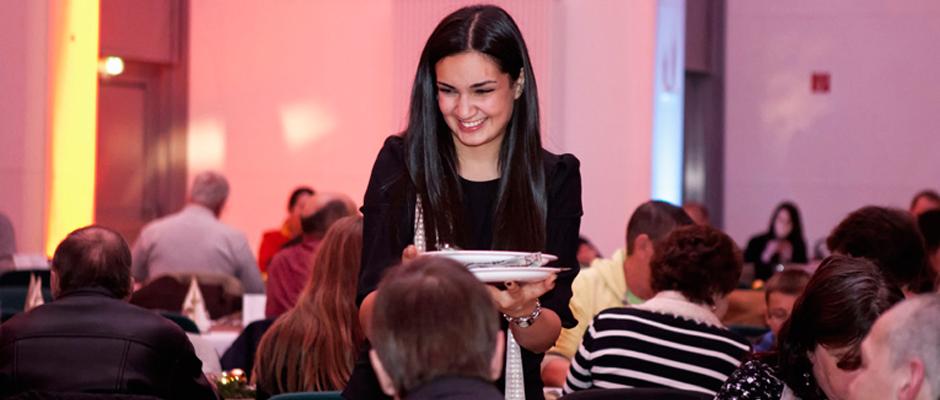 Sängerin Eva hilft bei der Essensausgabe. ©Karsten Schneider