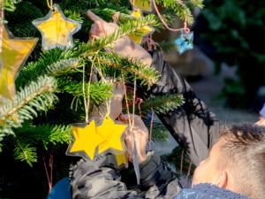Kinder schmücken den Weihnachtsbaum am Robert-Brauner-Platz. ©Stadtmarketing Herne GmbH