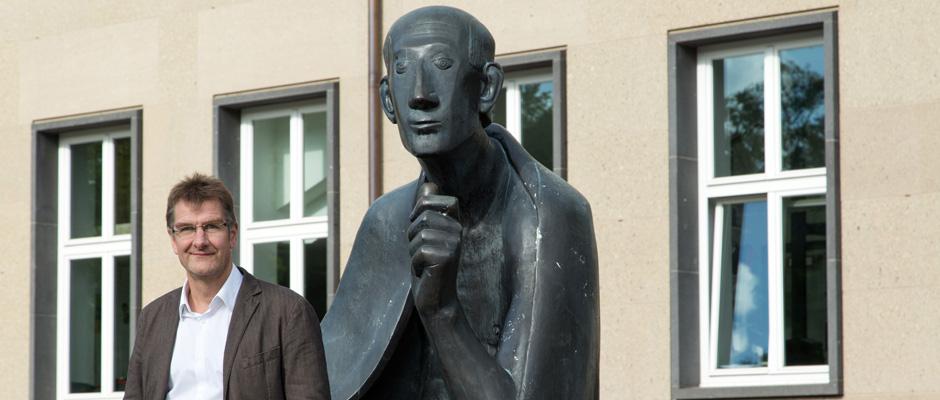 Jürgen Wiebecke, Journalist und Schriftsteller am Albertus Magnus Denkmal in Köln © WDR/Bettina Fürst-Fastré
