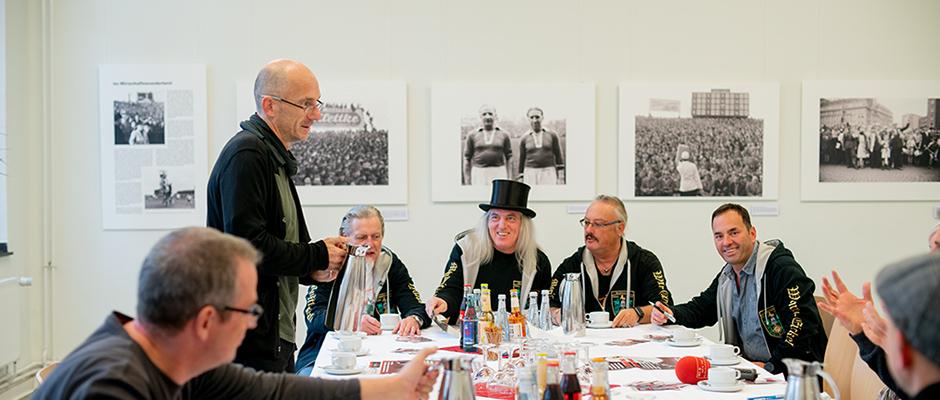 Die Mondritter (Gerd Herzog, Graf Hotte, Volker Lange und Mustafa Kandil) und Ralf Piorr vom Heimatmuseum stellten den 9. Wanner Mond-Weihnachtsmarkt vor. ©Frank Dieper, Stadt Herne.