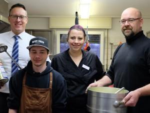 Stefan Tysbierek, Steve Lorenz, Simone Albuschkat und Thorsten Rusch in der Suppenküche. ©Nina-Maria Haupt, Stadt Herne