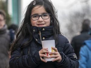 Hana, die kleine Schwester eines KiJuPa -Mitglieds hat ihr Taschengeld gespendet und sammelt fleißig mit. . ©Thomas Schmidt, Stadt Herne