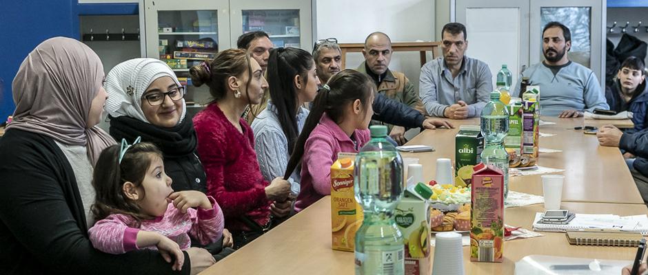 Das Elterncafé mit interessierten Müttern und Vätern in einem klassenraum der Mont Cenis Gesamtschule. ©Thomas Schmidt, Stadt Herne