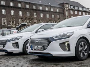 Elektrisch und hybridbetriebene Fahrzeuge der Stadt auf dem Rathausvorplatz in Herne. ©Thomas Schmidt, Stadt Herne
