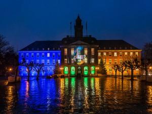 Für den Neujahrsempfang 2019 wurde das Herner Rathaus in den Farben des Stadtlogos angestrahlt. © Frank Dieper, Stadt Herne