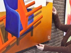 Cara Lila Bauer und ihre farbenfrohen Stühle. © Horst Martens, Stadt Herne