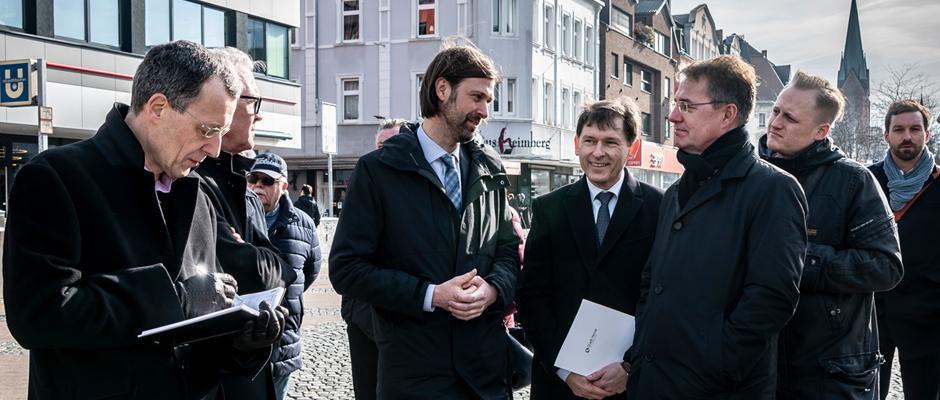 Investoren, Oberbürgermeister Dr. Dudda und Staatssekretär Gunther Adler diskutieren über die Entwicklung Hernes. ©Thomas Schmidt, Stadt Herne