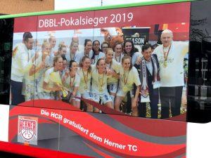 Der HCR-Bus mit dem Bild der Basketball-Damen. ©HCR