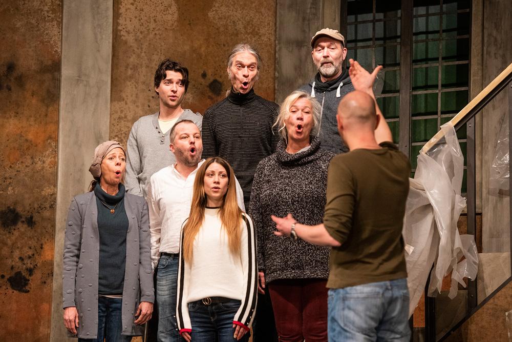 Das Mondpalast-Ensemble als Chor von Gelsentrop-Wattenhausen. Foto: Arne Pöhnert