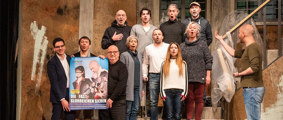 Freuen sich auf die Premiere am 11. April (v.l.n.r.): Marvin Boettcher (Geschäftsführender Intendant), Sigi Domke (Autor), Christian Stratmann (Prinzipal), Thomas Rech (Regisseur) und das gesamte Mondpalast-Ensemble.