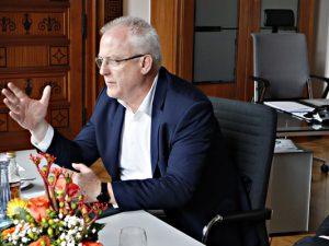 Freuen sich über das Haushaltsplus: Oberbürgermeister Dr. Frank Dudda, Kämmerer Dr. Hans Werner Klee und Christian Dudda, Leiter des Fachbereichs Finanzsteuerung. ©Philipp Stark, Stadt Herne.