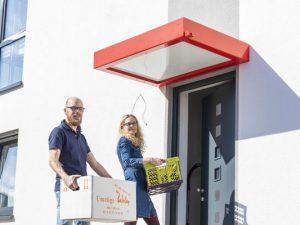 Nur der Umzug ist noch ein Kraftakt: Carsten und Daniela Pfeiffer sind die Ersten, die ihr weitgehend energieautarkes Haus im Klimaviertel einziehen.