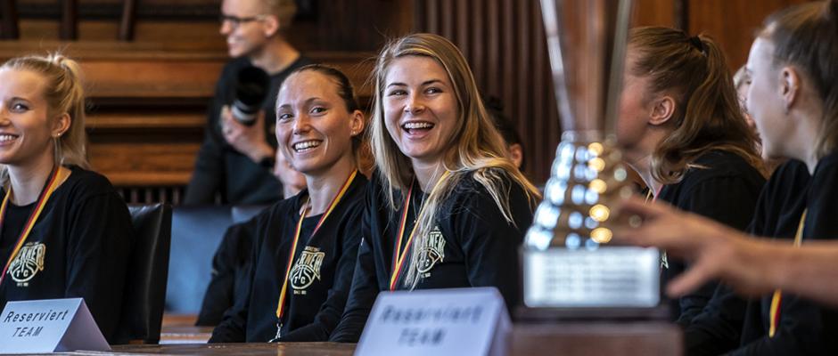 Strahlende Gesichter beim großen Empfang im Herner Rathaus- die Basketbalerinnen des Herner TC. ©Thomas Schmidt, Stadt Herne