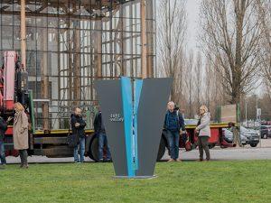 Szenario bei der Platzierung der Stele vor der Akademie Mont-Cenis. ©Frank Dieper, Stadt Herne.