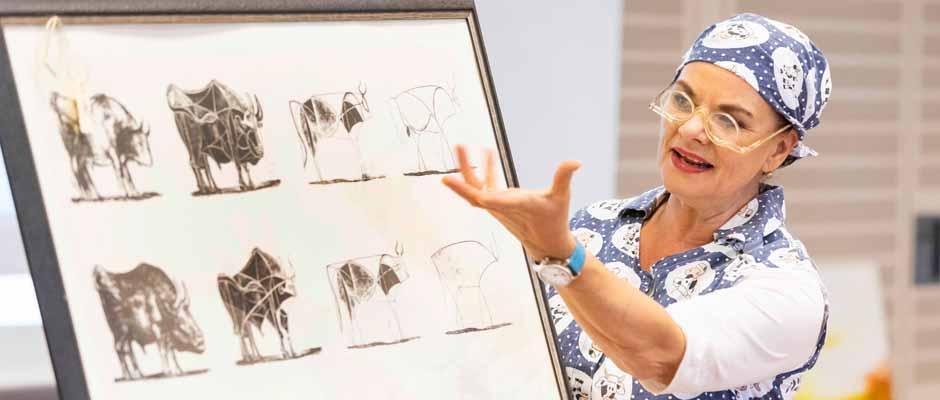 In ihrer Rolle als Reinigungsfachkraft Waltraud Ehlert führte Kabarettistin Esther Münch humorvoll durch den Abend und versteigerte Kunstwerke, die aus den Einrichtungen der St. Elisabeth Gruppe stammen, für den guten Zweck.