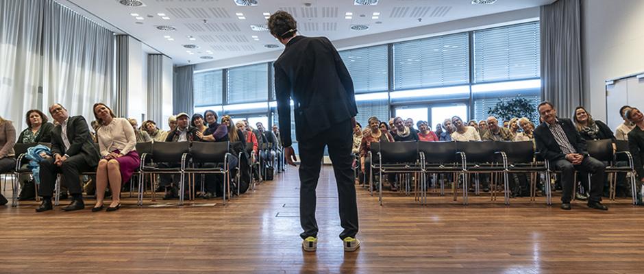 Animierte das Publikum zu zahlreichen Mitmach-Aktionen: Kinetik-Trainer Michael Schrick. ©Thomas Schmidt, Stadt Herne