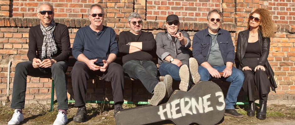 Jetzt kann es losgehen: Herne 3 mit Uwe Asshoff (Gitarre), Theo Linke (Schlagzeug), Olaf Scherf (Gitarre), Rainer Koslowski (Gesang), Wolfgang Berke (Bassist), Grazia Bradi (Gesang, Keyboard). ©Horst Martens, Stadt Herne.