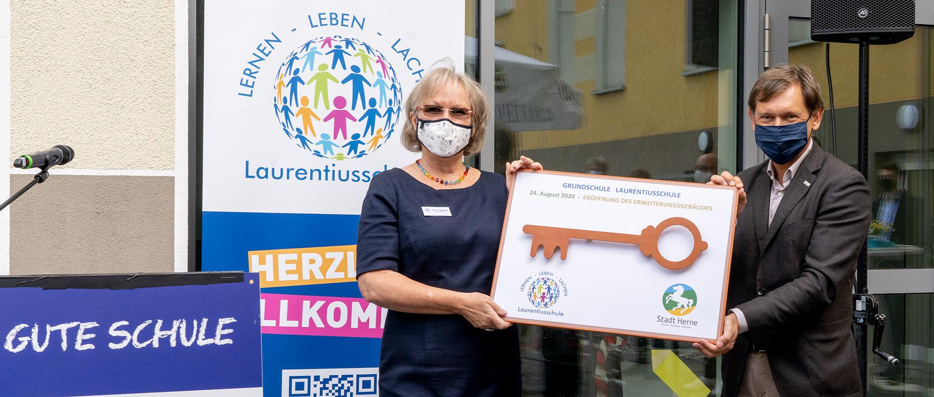 Foto: Schulleiterin Martina Nissalk und Oberbürgermeister Dr. Frank Dudda bei der Schlüsselübergabe. ©Frank Dieper, Stadt Herne